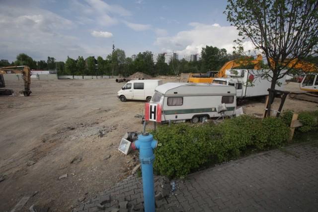 W tym miejscu, obok CH Auchan w Katowicach i DTŚ, powstaje sklep Decathlon