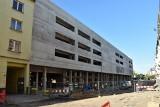 Opole Główne. Gmach nowego parkingu gotowy. Nie wiadomo jak długo potrwają prace na ul. 1 Maja [ZDJĘCIA]