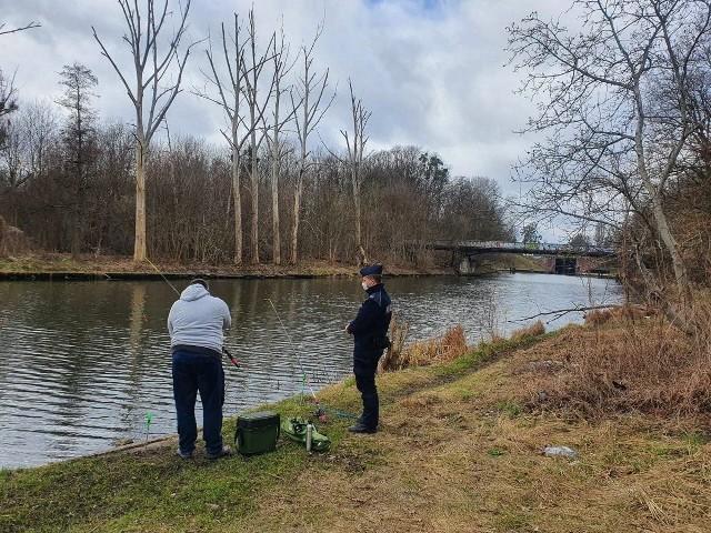 Policjanci przyłapali wędkarza na łowieniu w okresie ochronnym dla ryb.