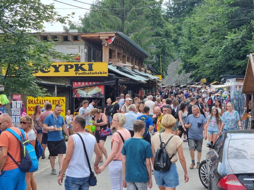Solina przeżywa oblężenie. Zobacz, jak turyści spędzają słoneczny weekend nad Jeziorem Solińskim [ZDJĘCIA]