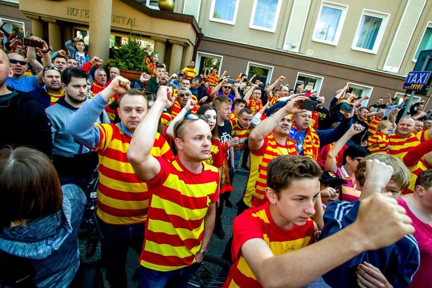 Białostoccy kibice zorganizowali pożegnanie piłkarzy...