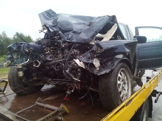 23-letni kierujący bmw, jadąc w kierunku Grajewa, stracił panowanie nad pojazdem i zjechał na lewy pas uderzając w barierę energochłonną. Następnie pojazd odbił się od niej, obrócił i doprowadził do zderzenia z jadącym w stronę Łomży ciężarowym dafem.