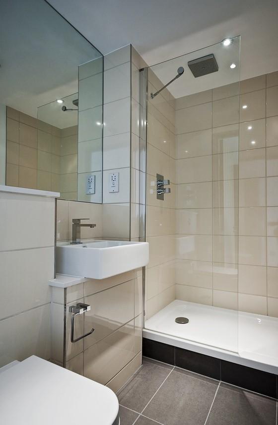 Aranżacja małej łazienkiArmatura mniejszych rozmiarów, przeznaczona do niewielkich łazienek często montowana jest w narożnikach pomieszczenia. To spora oszczędność miejsca. Rezygnacja z wanny na rzecz kabiny prysznicowej to również trochę więcej wolnej przestrzeni.