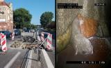 Szczurze gniazdo i awaria kanalizacji na ul. Sczanieckiej w Szczecinie. Jezdnia jest zwężona