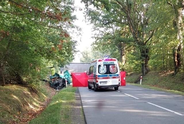 Niestety, nie udało się uratować życia kolejnego mężczyzny podróżującego volkswagenem transporterem, który uczestniczył w wypadku na DW 707 w Niemgłowach pod Rawą Mazowiecką. Zmarł 37-letni obywatel Ukrainy, który z obrażeniami ciała trafił do szpitala. ZDJĘCIA - KLIKNIJ DALEJ