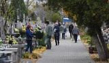 Przed dniem Wszystkich Świętych w Radomiu mieszkańcy porządkują groby bliskich na cmentarzach - zobacz zdjęcia
