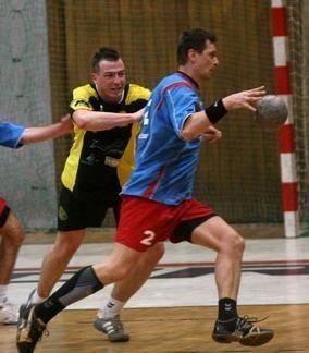Marcin Śmieszek (z piłką, Gwardia) i Dominik Droździk (ASPR).