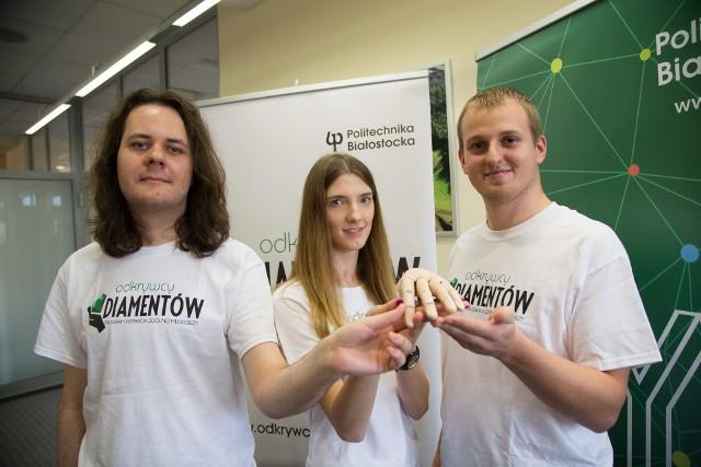 Stypendia m.in. na ulepszenie swojej protezy otrzymali (na zdjęciu od lewej): Paweł Antoniuk, Iwona Gruszczyńska i Sławomir Grycuk