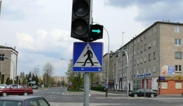 1. Zielona strzałka na skrzyżowaniu: czy obowiązkowo trzeba się zatrzymać?Tak, trzeba się zatrzymać przed wykonaniem manewru skręcania lub zawracania. Reguluje to § 96.3 Rozporządzenia Ministrów Infrastruktury oraz Spraw Wewnętrznych i Administracjiw sprawie znaków i sygnałów drogowych.Nawet, kiedy za strzałką jest pas rozpędowy,a brak jest przejścia dla pieszych. Takie prawo