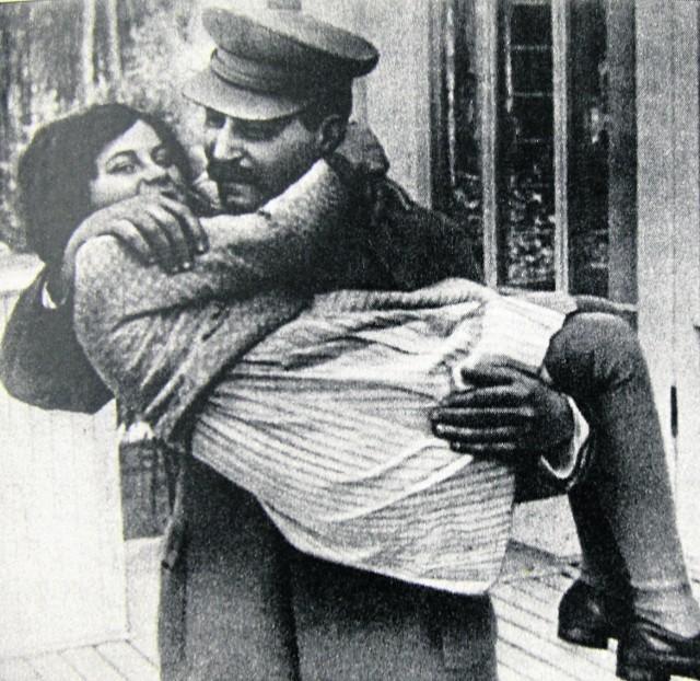 Biografia córki Stalina, napisana przez Elwirę Watałę, pełna jest pikantnych detali