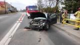 Łosiów. Na drodze krajowej nr 94 ford uderzył w bariery odgradzające jezdnię od chodnika