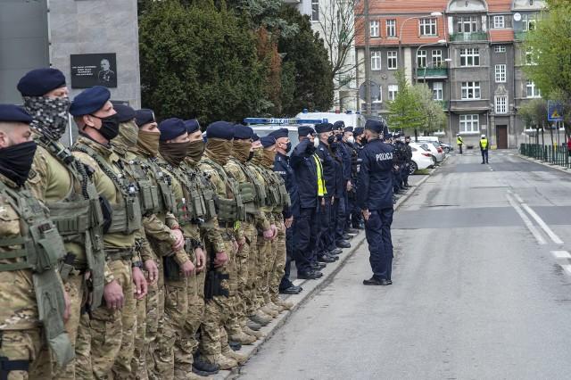 W piątek, 7 maja o godz. 12, w dzień pogrzebu mł. asp. Michała Kędzierskiego w całym kraju zawyły syreny alarmowe. W ten sposób policjanci pożegnali swojego kolegę, który we wtorek został zastrzelony podczas interwencji w Raciborzu. Przed komendą przy ulicy Kochanowskiego w Poznaniu zebrali się policjanci, funkcjonariusze CBŚ i antyterroryści. Zobacz zdjęcia z uroczystości --->>Poznań: Otwarcie sklepu Primark w Posnanii. Zobacz: