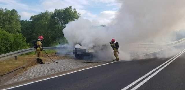 W godzinach porannych na obwodnicy Sławna doszło do pożaru samochodu dostawczego, którym podróżowało 6 osób.