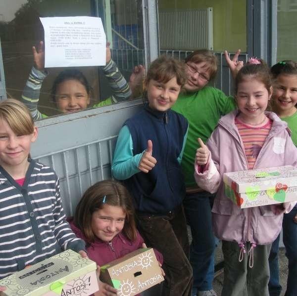 - Antosiu, pomożemy Ci - mówią dziewczynki: Wiktoria Faron (za szybą) i jej koleżanki: Wioletta, Ewelina, Julia, Kasia, Wiktoria i Michalina.