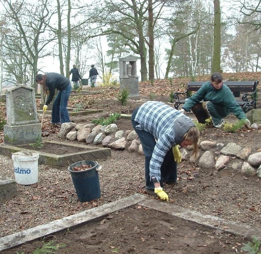 Uczennice ZS 2 doprowadziły do porządku teren cmentarza w Morzyczynie.