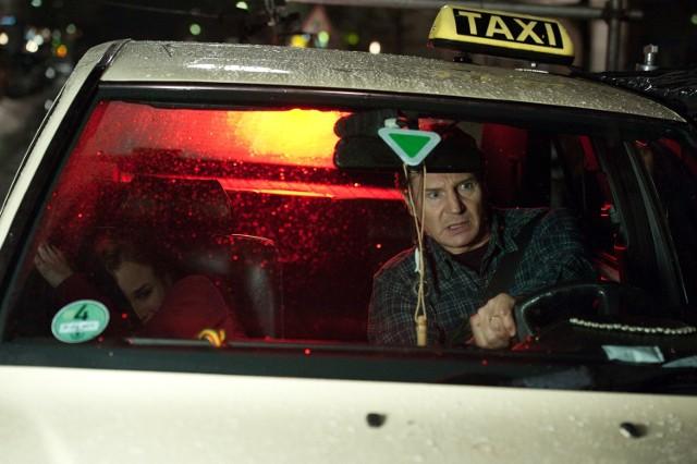 """""""Tożsamość""""Doktor Martin Harris (Liam Neeson) budzi się po wypadku samochodowym w Berlinie i odkrywa, że jego żona (January Jones) go nie rozpoznaje, a jego tożsamość przyjął inny mężczyzna (Aidan Quinn). Nie wierzą mu władze, przez które jest ignorowany, poluje na niego tajemniczy zamachowiec. Czuje się samotny i zmęczony. Musi uciekać. Z pomocą przychodzi mu niespodziewany sprzymierzeniec (Diane Kruger). Martin bez namysłu angażuje się w morderczą tajemnicę, która podda w wątpliwość jego zdrowie psychiczne i tożsamość, a także pozwoli mu przekonać się jak daleko jest w stanie się posunąć, żeby odkryć prawdę.Emisja: TVN, godz. 20:55"""