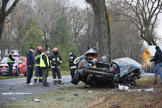 Do wypadku doszło w niedzielę, około godziny 12.40. Na drodze wojewódzkiej między Stobnem a Wrzącą samochód uderzył w drzewo. Kierowca zginął.Kolejne zdjęcie --->