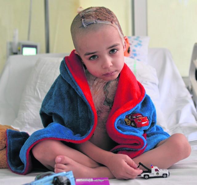Po zmianie opatrunku Kubuś nie chciał się ubierać, jeść ani spacerować po szpitalnym korytarzu.  Bardzo tęskni za domem i starszymi braćmi - Kamilem i Dawidem