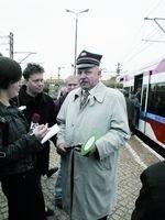 """Marszałek Janusz Krzyżewski tak cieszył się z nowego szynobusu, że aż udawał kolejarza. Może jednak okazać się, że pociągiem o nazwie """"województwo"""" nie kierował dobrze."""