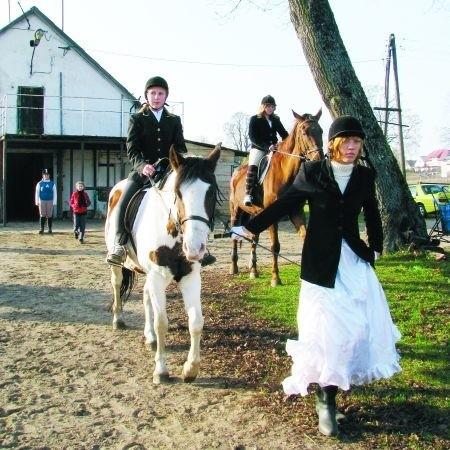 8 listopada w Sprząśli odbył się Hubertus - tradycyjne zakończenie sezonu jeździeckiego i myśliwskiego. Prawdopodobnie była to ostatnia taka impreza na terenie zajmowanym przez stadninę.