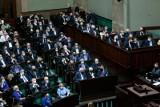 Pierwszy dzień posiedzenia Sejmu. Posłowie zajęli się zmianą Regulaminu Sejmu w związku ze stanem wyjątkowym. Projekt trafił do komisji