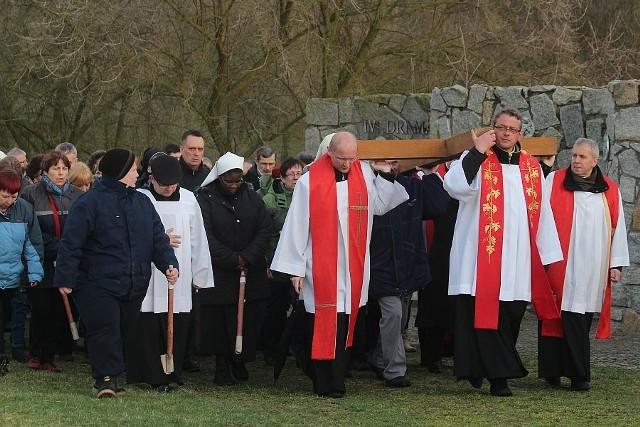Około dwóch tysięcy wiernych z całej diecezji wzięło udział w Drodze Krzyżowej, która odbyła się w piątek wczesnym wieczorem na Kalwarii Rokitniańskiej.