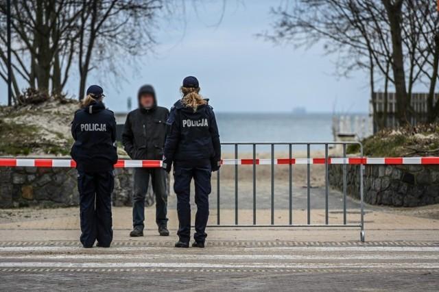 """Na Pomorzu przestrzegania nowych restrykcji pilnują wspólnie policjanci ze strażnikami miejskimi oraz żołnierzami z Żandarmerii Wojskowej, a okazuje się, że zdarzają się niezdyscyplinowani mieszkańcy, którzy potrafią nawet paradować """"pod rękę""""."""