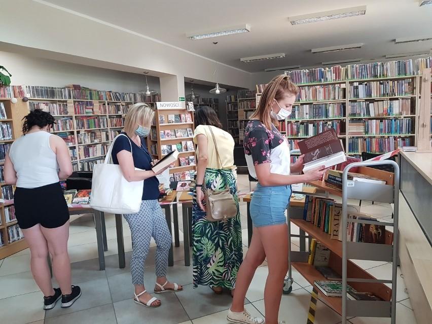 W inowrocławskiej bibliotece uwalniano książki. Każdy mógł wziąć za darmo interesującą go książkę