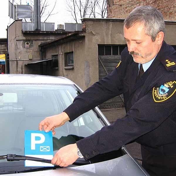 Chcesz się zamienić z inwalidą? -  pytają przemyscy strażnicy kierowców parkujących samochody w miejscach dla niepełnosprawnych.