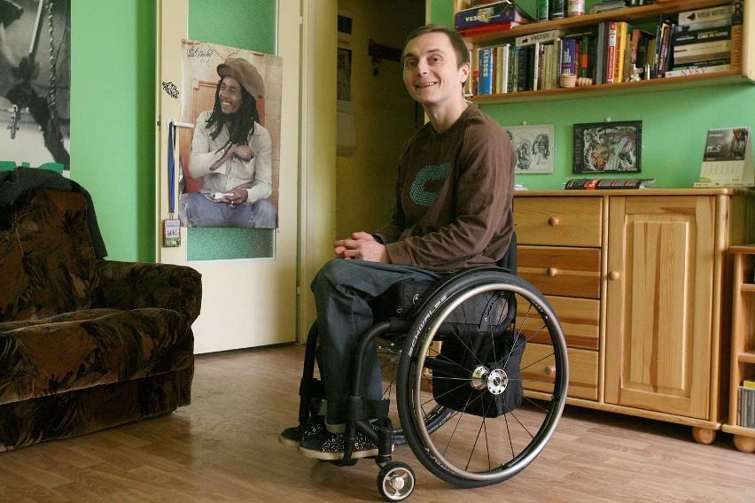 Robert Kujawski, oprócz urazu kręgosłupa, walczy codziennie z przewlekłymi głębokimi ranami