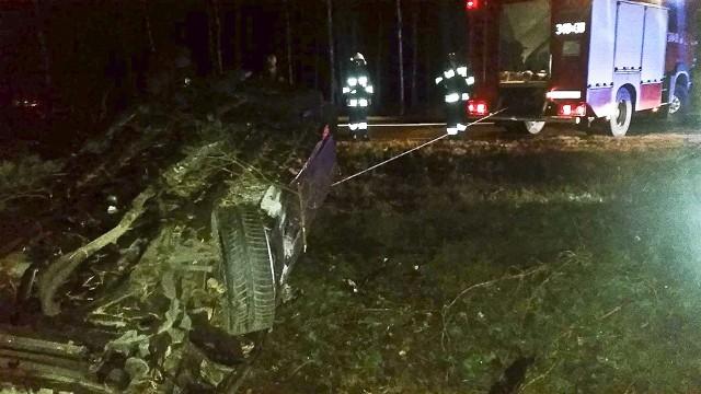 """Do wypadku doszło na """"trasie śmierci"""". Opel wypadł z drogi i dachował, po drodze ściął dwa drzewa."""