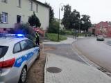 Policjanci pomagają dzieciom bezpiecznie dotrzeć do szkół