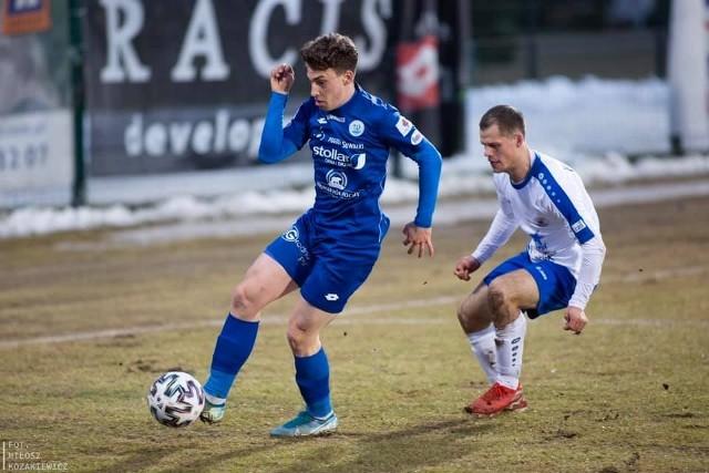 Mateusz Sowiński (z piłką) strzelił dla Wigier gola w sparingu z Pogonią Siedlce