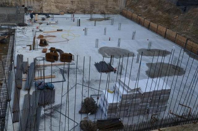 Prace przy budowie krytej pływalni przy ul. Świętojańskiej w Siemiatyczach trwają od jesieni u. r. Aktualnie prowadzone są roboty budowlane związane z betonowaniem części płyty fundamentowej oraz zbrojeniem elementów pionowych ścian i słupów.