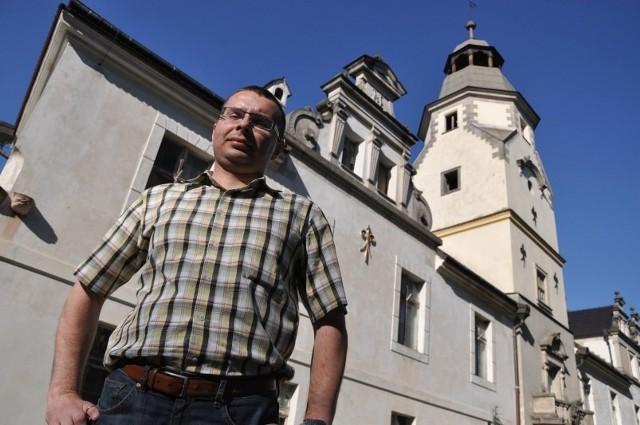- Będziemy rozmawiać z władzami uczelni, aby obiekty w Dąbrowie i Karczowie były dostępne dla zwiedzających - mówił w maju po utworzeniu stowarzyszenia Łukasz Litwinowicz. Dziś umowa z uniwersytetem na udostępnienie pałacu w Dąbrowie (widoczny w tle) jest prawie gotowa.
