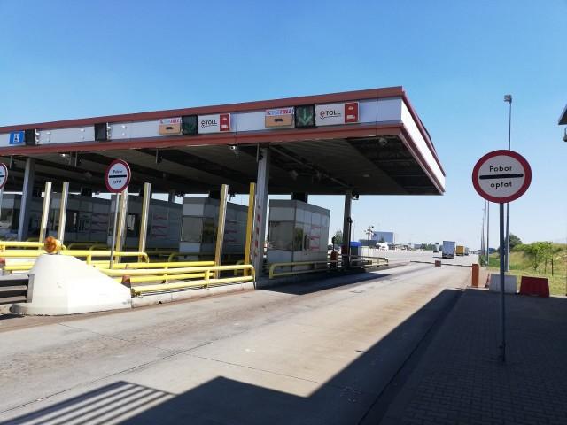 Tylko do 30 września działa viaTOLL, system poboru opłat na autostradach. Od października zastąpi go eTOLL, z którego na dwóch drogach, m.in. w województwie łódzkim, będą mogli korzystać kierowcy samochodów osobowych. Kierowcy samochodów osobowych z nowego systemu będą mogli korzystać na dwóch autostradach: A2 - między węzłami Konin - Stryków oraz A4 (między Wrocławiem a Sośnicą). Czytaj dalej