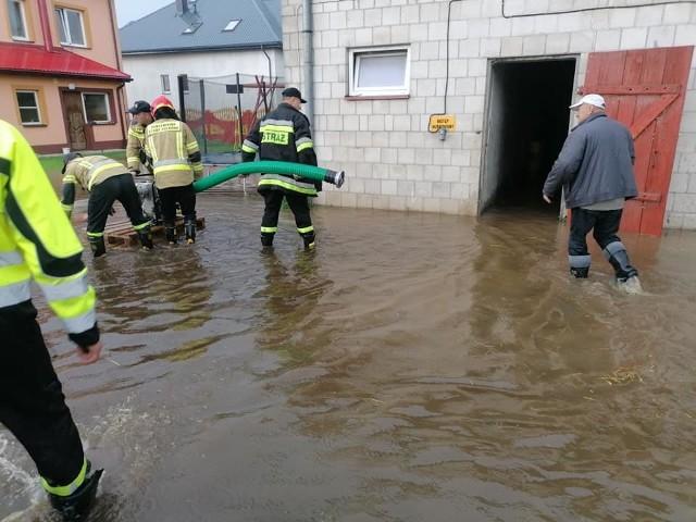 Strażacy z Woli Soleckiej interweniowali w Katarzynowie, gdzie woda zalała gospodarstwo rolne.