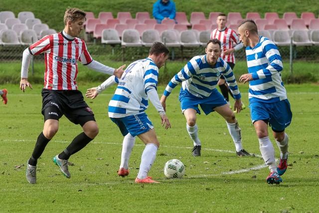 Piłkarze Jutrzenki w biało-niebieskich strojach