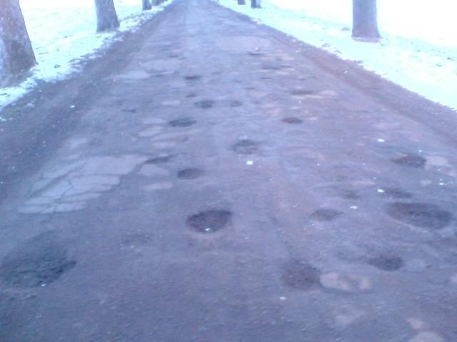 Droga na trasie Bięcino-Rogawica wygląda jak zbombardowana przez meteoryty. Tu więcej jest dziur niż asfaltu.