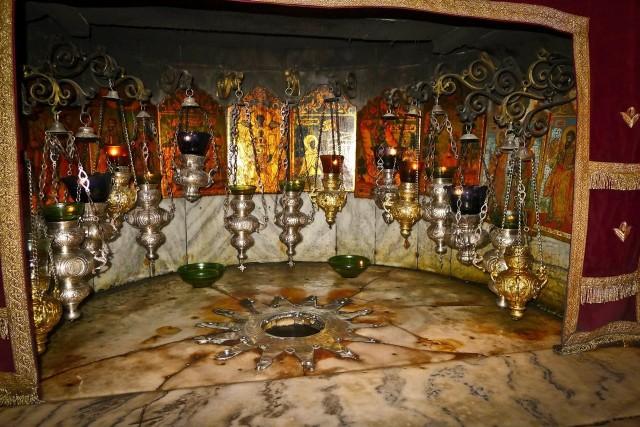Betlejemskie Światło Pokoju - coroczna skautowa i harcerska akcja przekazywania przed Świętami Bożego Narodzenia symbolicznego ognia, zapalonego w Grocie Narodzenia Chrystusa w Betlejem (na zdjęciu).