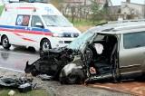 Wypadek koło Chojnic. 12.04.2021 r. Kierowca skody z dużą siłą uderzył w drzewo na drodze wojewódzkiej 212. Mężczyzna trafił do szpitala