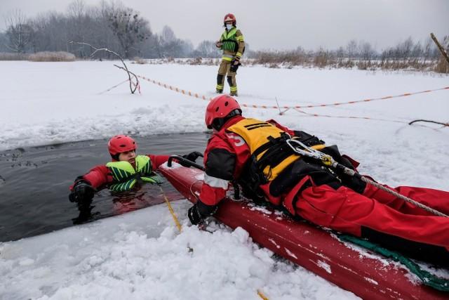 Strażacy ćwiczyli przede wszystkim zabezpieczanie miejsca objętego działaniem, ewakuacji osoby, pod którą załamał się lód oraz udzielenia jej pierwszej pomocy.