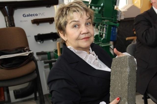 Cegły z piasku wyglądają bardzo podobnie do tradycyjnych, ale są trwalsze – przekonała się o tym prof. Zofia Wilimowska, rektor PWSZ, podczas spotkania w Instytucie Architektury, gdzie po raz pierwszy zaprezentowano efekty pracy nyskich naukowców.