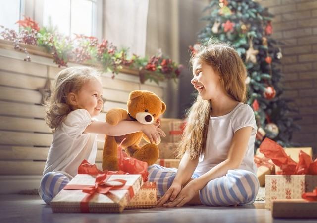 Przy wyborze odpowiedniego prezentu dla dziecka należy kierować się przede wszystkim tym, czy dany upominek dostarczy wiele radości.