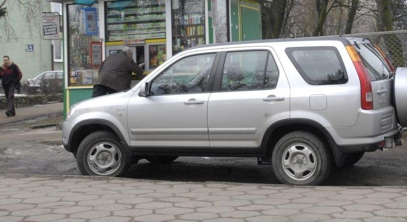 Nieprawidłowo zaparkowany samochód przy ul. Zygmunta Augusta.