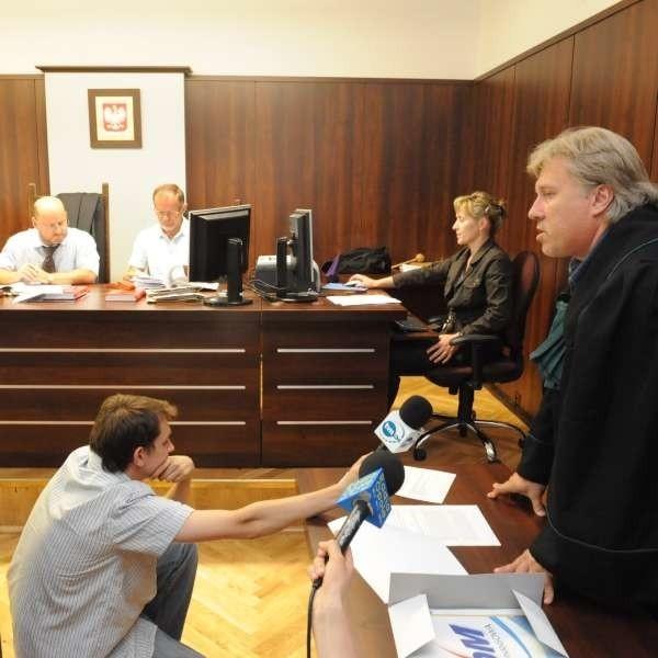 Argumenty obrońcy, który wnioskował o uchylenie aresztu, sądu nie przekonały. Podczas rozprawy wyszło na jaw, że R. przyznał się do stosunku z 14-latką. Zaprzecza jednak, że doszło do gwałtu.