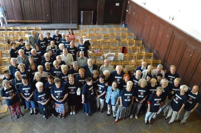 Zjazd absolwentów Liceum Ogólnokształcącego im. Bolesława Chrobrego w Brzegu. Uczestnicy zrobili sobie pamiątkowe zdjęcie.