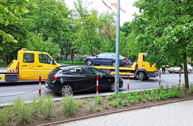 Lawety wywożą auta z ulicy Mickiewicza