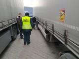 Toruń. Na autostradzie zatrzymano cieżarówkę, która miała tylko jedną dobrą oponę. Był mandat i szykują się grzywny
