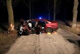 Kierowca uderzył w drzewo pod Mogilnem. Zginął na miejscu. Pasażer w ciężkim stanie trafił do szpitala